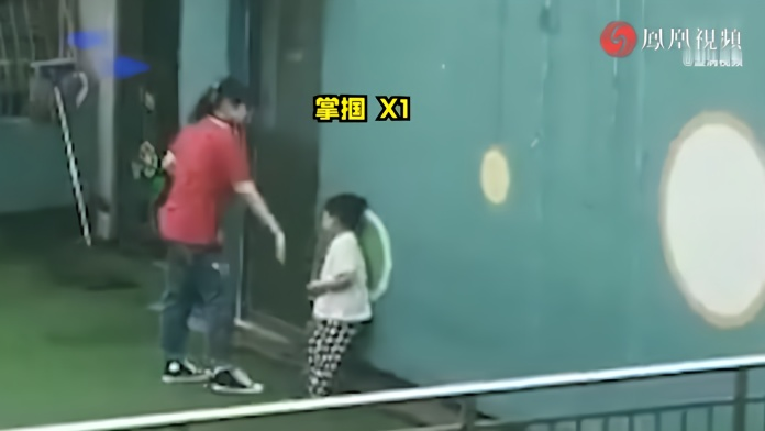 合肥庐阳区一幼儿园老师在天台上打孩子,官方:立即辞退