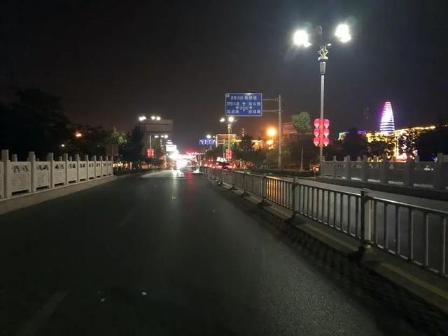 世纪桥(从东向西拍摄),周围光线明亮,照明条件极好