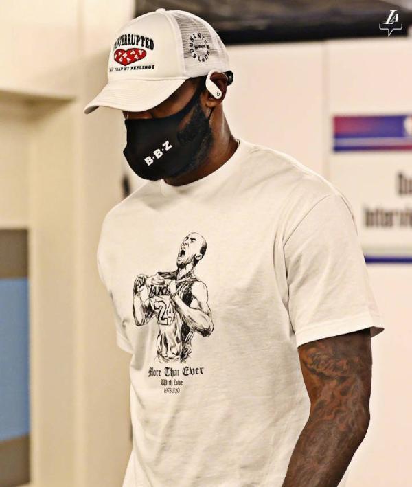 詹姆斯身着印有科比图像的T恤。