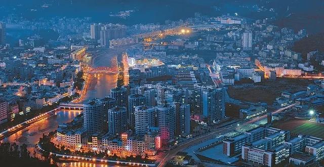 四川某縣城夜景。圖源:《四川日報》