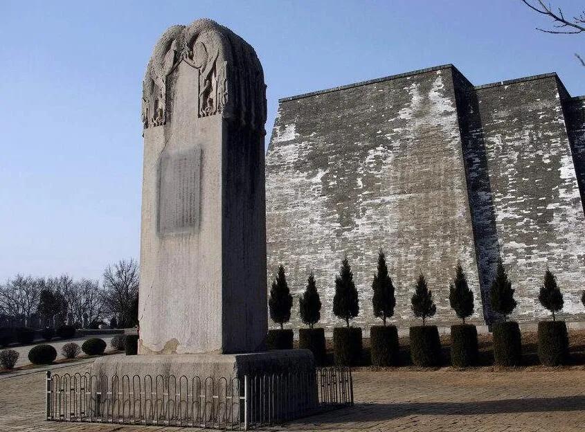 上图_ 乾陵无字碑,为武则天所立,位于陕西省咸阳市区西北方五十公里处的乾陵