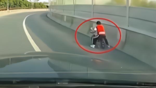 苏州一小男孩骑童车上高架,车主一路跟随守护