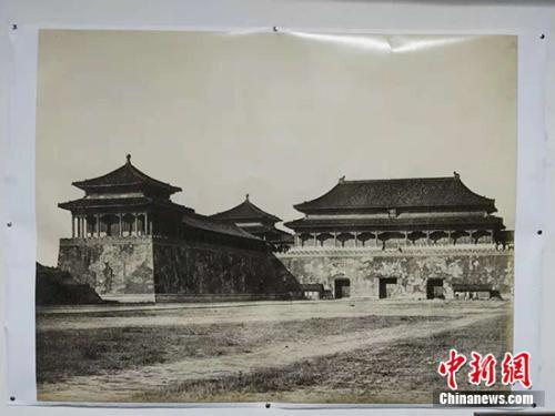 紫禁城历史上第一张单体建筑照片——午门。中新网记者 宋宇晟 翻摄