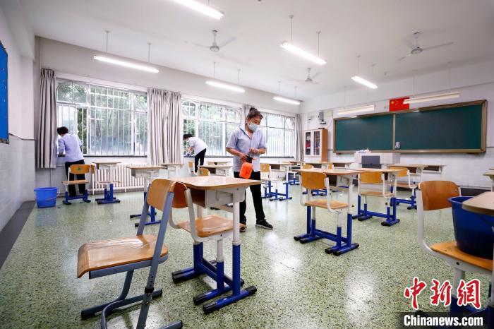 7月3日,记者走进北京市丰台区最大考点学校——北京市第十二中学,一探这里如何做好疫情下的高考准备工作。 中新社记者 富田 摄