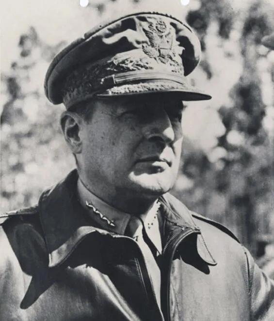 上图_ 道格拉斯·麦克阿瑟(1880年1月26日—1964年4月5日),美国军事家、政治家