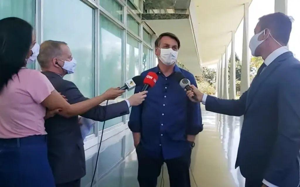 博索纳罗在7日的新闻发布会上与记者交谈