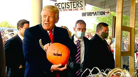 特朗普给南瓜签名 图源:美媒