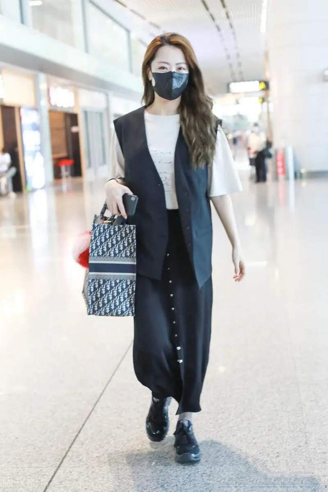 穿背带裤也这么高级,白冰的减龄风穿搭显嫩,走在机场气质不一般