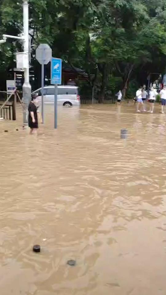 实时滚动|凌晨特大暴雨导致今早广州交通拥堵,地铁13号线停运