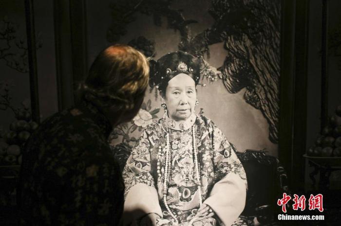 资料图:观众关注展览中的慈禧太后像。 中新社记者 廖攀 摄