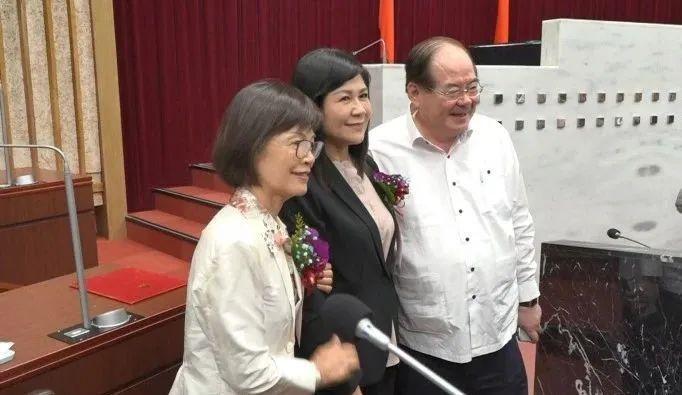 胜出后曾丽燕和陆淑美(中)合影