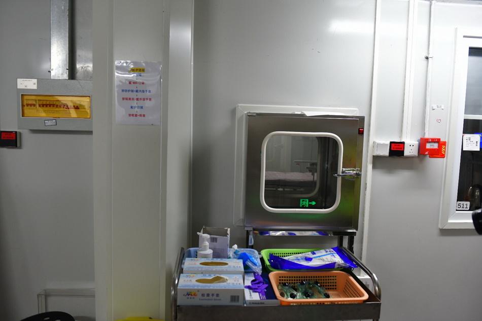 6月16日,北京地坛医院,清洁区外准备的护目镜、手消、防护服等物品。人民视觉 图