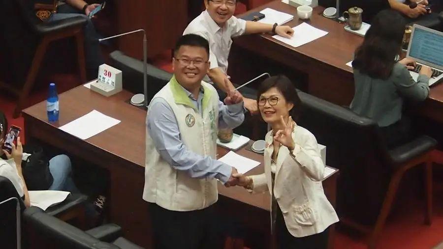 曾丽燕(右)和张胜富在投票前握手