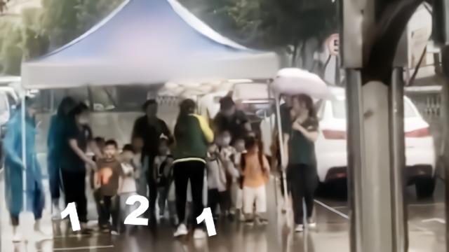 放学突降大雨, #幼儿园老师撑大伞护送孩子出校门#