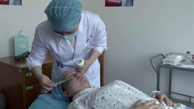 援鄂医护因戴口罩面部压出红斑:医院免费为他们修复面容