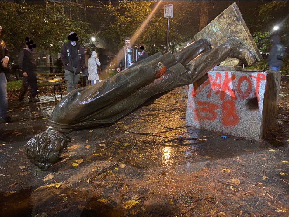 美国前总统林肯的雕像被示威者推倒