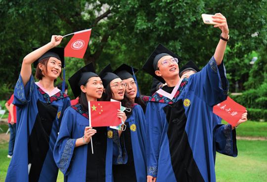 7月2日,北京大学2020届毕业生在毕业典礼结束后拍照留念。任超摄/《瞭望》新闻周刊