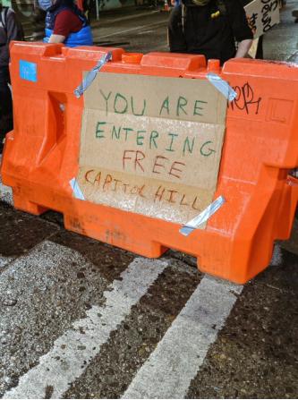 """示威者在路障上写标语:您正进入""""自由国会山区"""""""