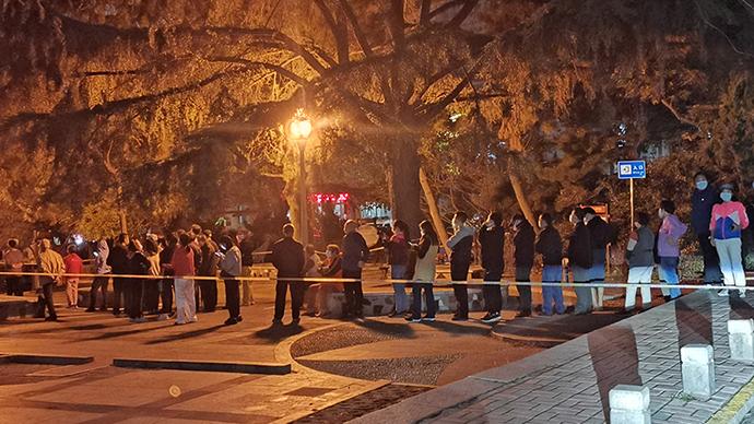 2020年10月11日晚,山东青岛,市民连夜在居民小区广场进行免费的核酸检测。人民视觉  图