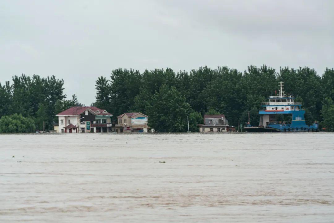 江心洲码头已经被淹掉了整整一层楼。 摄/宛瑾