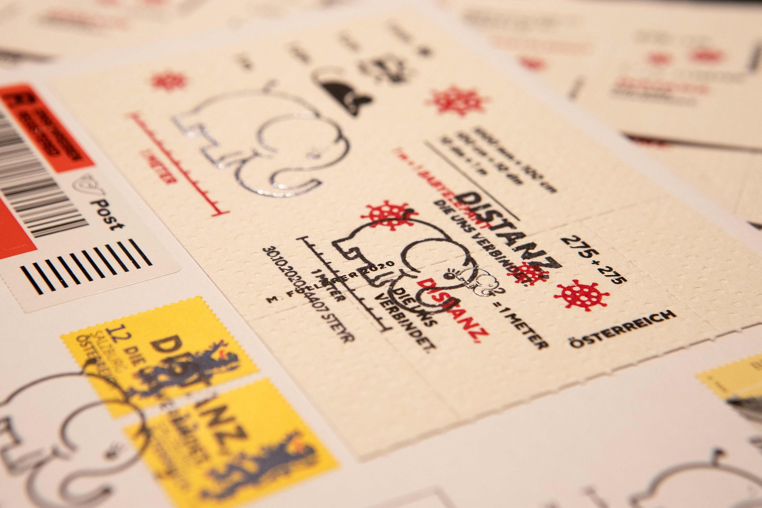 10月28日,奥地利维也纳,一名邮局工作人员展示厕纸新冠病毒(Covid-19)纪念邮票。人民视觉 资料图