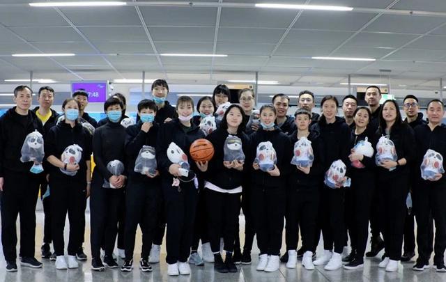 中国女篮回国!飞机乘务长广播致敬泪崩:跨越时空,鼓舞人心