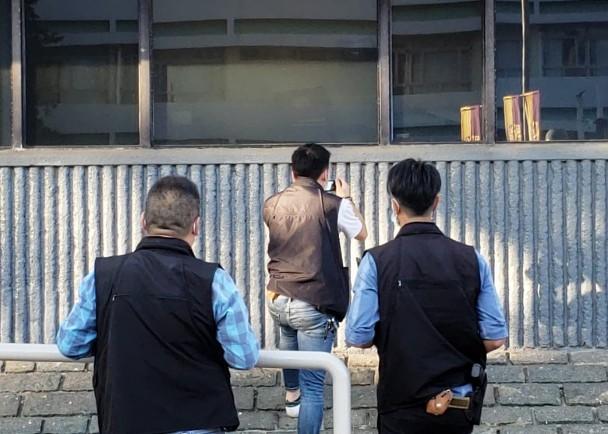 """▲警员在校园多处拍摄取证。图自""""东网"""""""