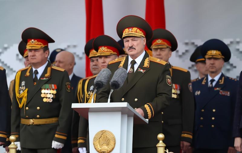 5月9日,白俄罗斯总统卢卡申科(前)在首都明斯克举行的阅兵式上致辞。