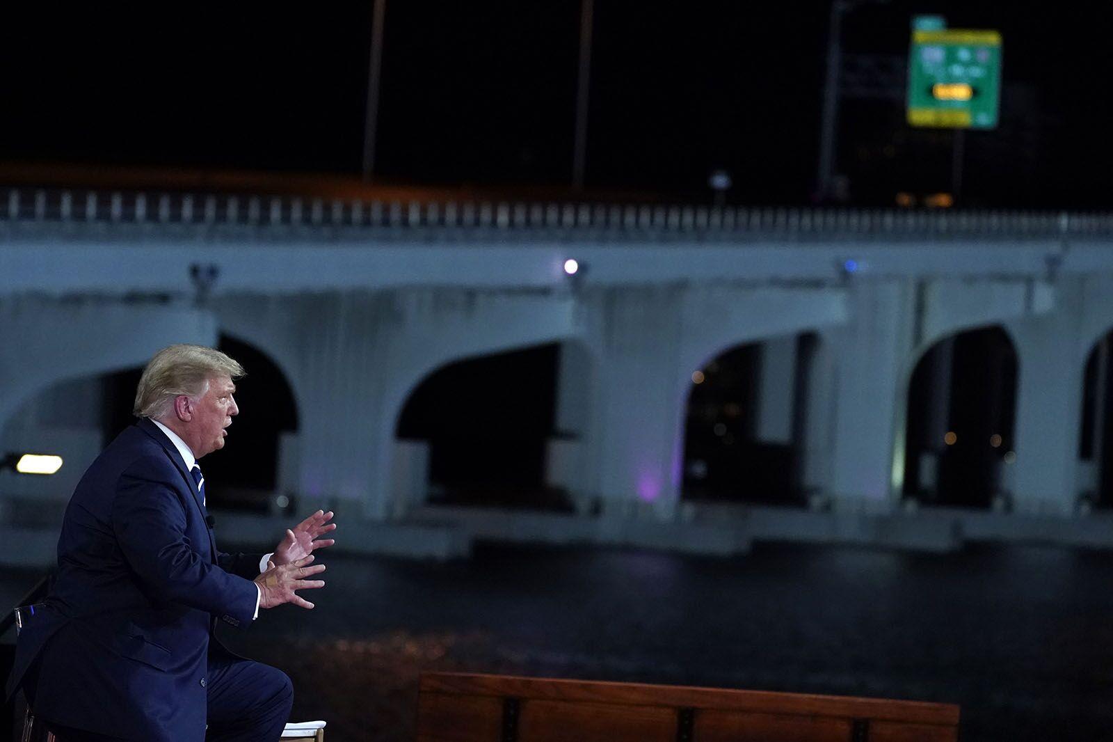 """美国总统特朗普参加""""市政厅活动"""""""