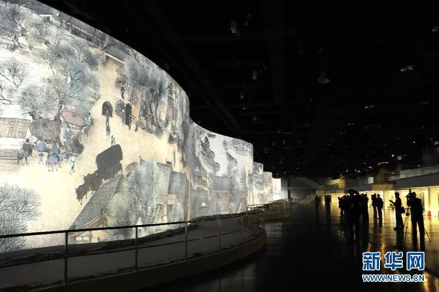 观众在观看电子动态版《清明上河图》。新华社记者 李博 摄(2014年10月18日)