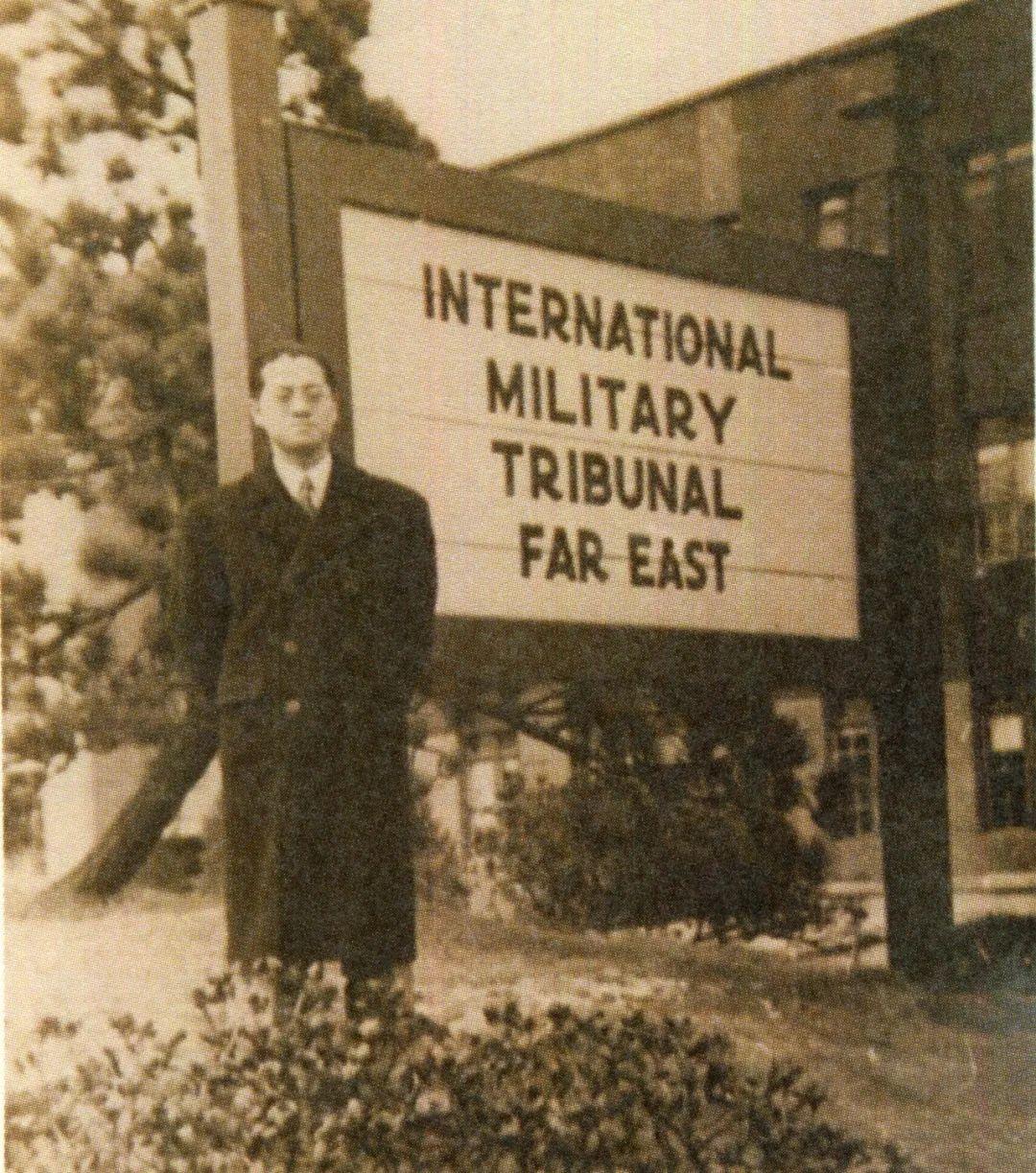 """高文彬在远东国际军事法庭门口的木牌前  """"上海民盟""""微信公众号 图"""