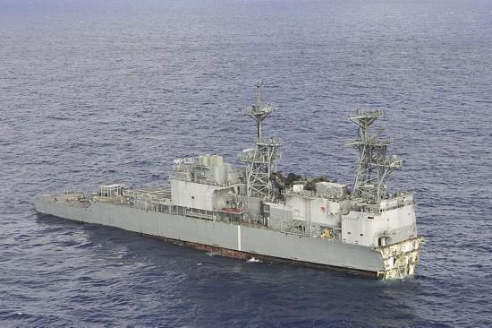 为什么大型军舰能扛下多枚导弹攻击,却被一枚鱼雷拦腰折断?