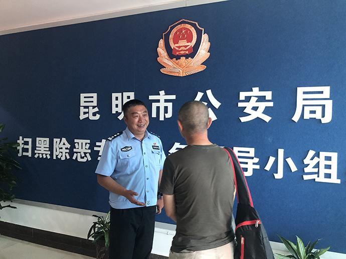 昆明市公安局扫黑办门口,图为蒋彪和同事。澎湃新闻记者 王万春 图