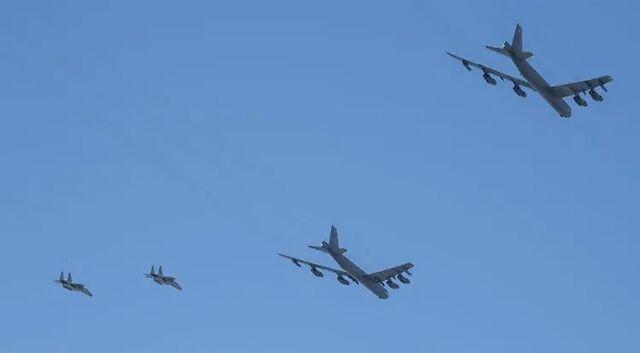 B-52轰炸机致敬医护,飞着飞着掉下一块……