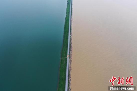 【莱芜炮兵社区app】_江西鄱阳湖水位暴涨破历史 一堤之隔泾渭分明