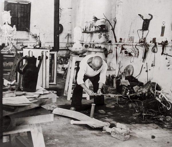 毕加索在工作室中