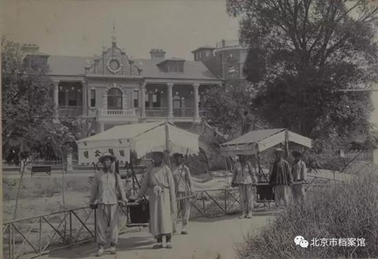 畅观楼前的二人肩舆(用肩膀担起的轿子)北京市档案馆图