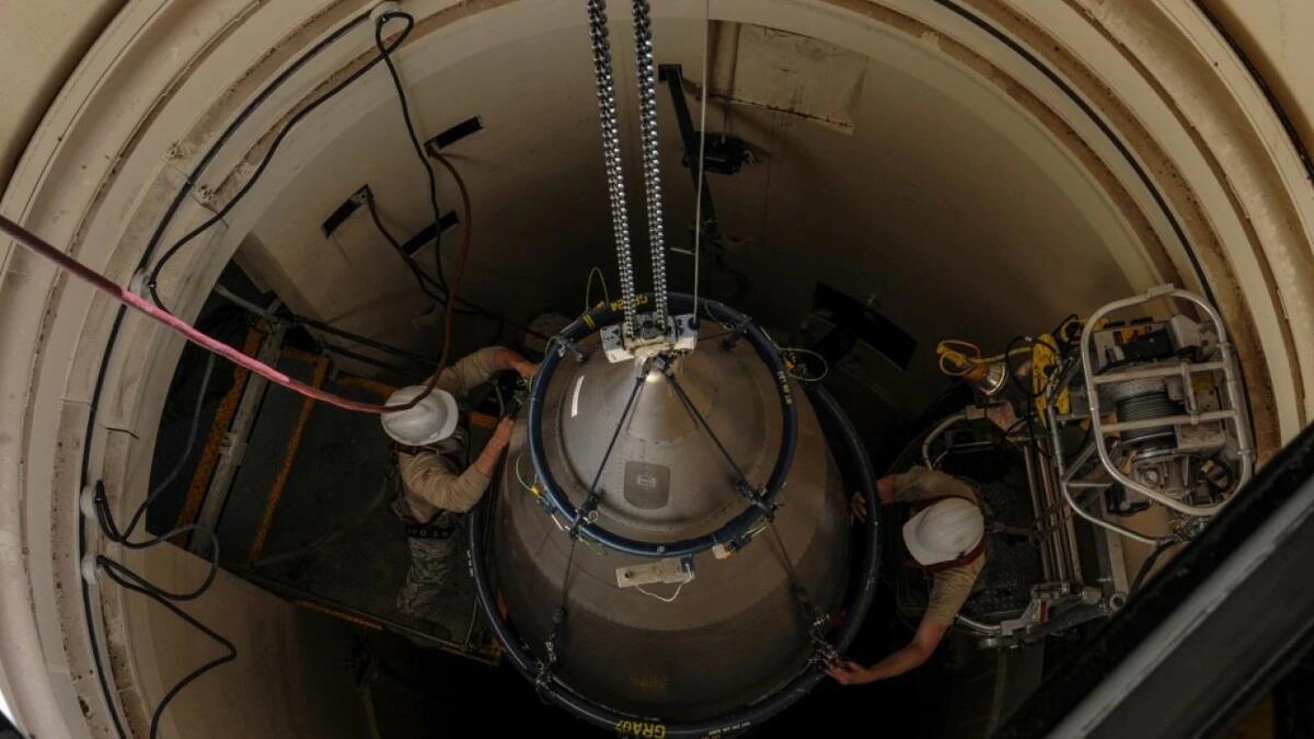 美军为弹道导弹安装弹头