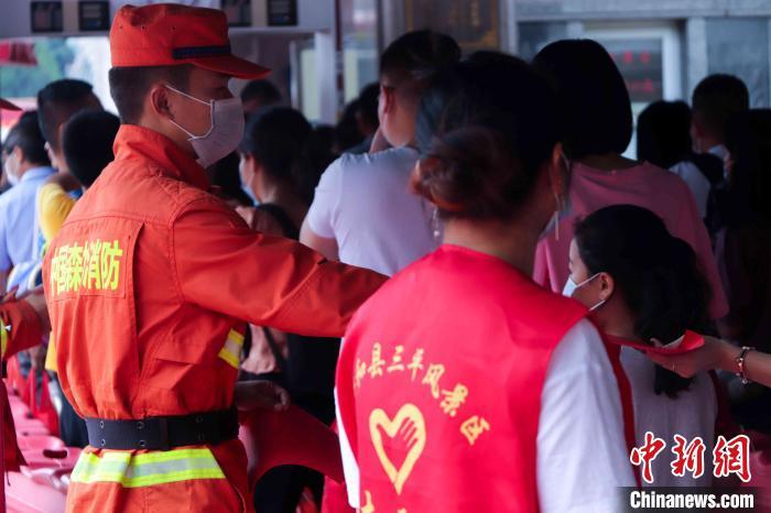 图为森林消防指战员设卡检查有无携带火种。漳州森林消防 供图