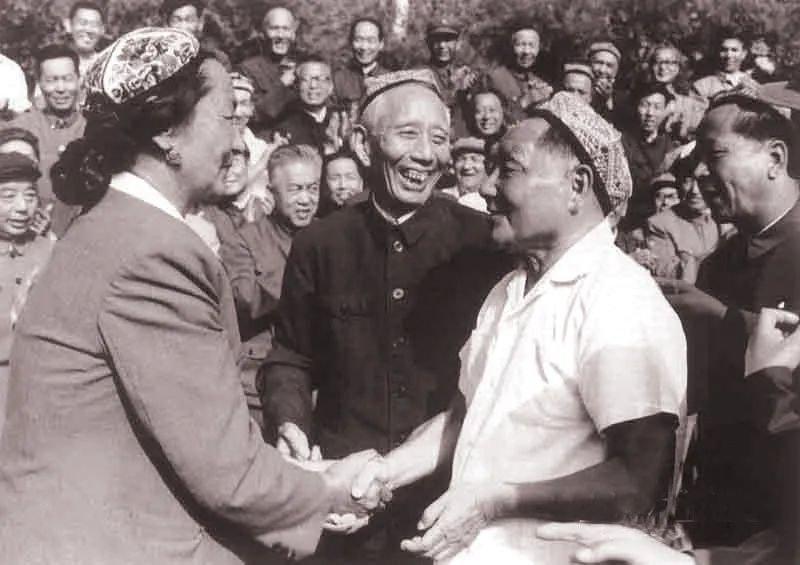 1981年 ,王震陪同邓小平视察新疆