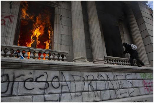 (危地马拉暴发大规模抗议活动。)