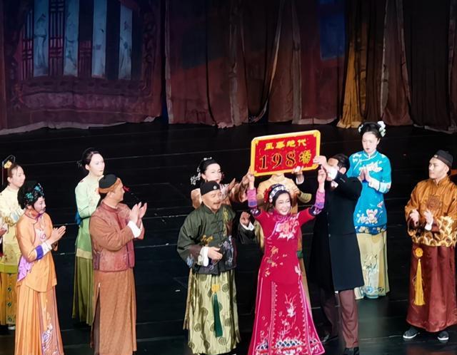 刘晓庆再演少女_一身红衣婀娜,为答谢观众跪地 八卦 第3张