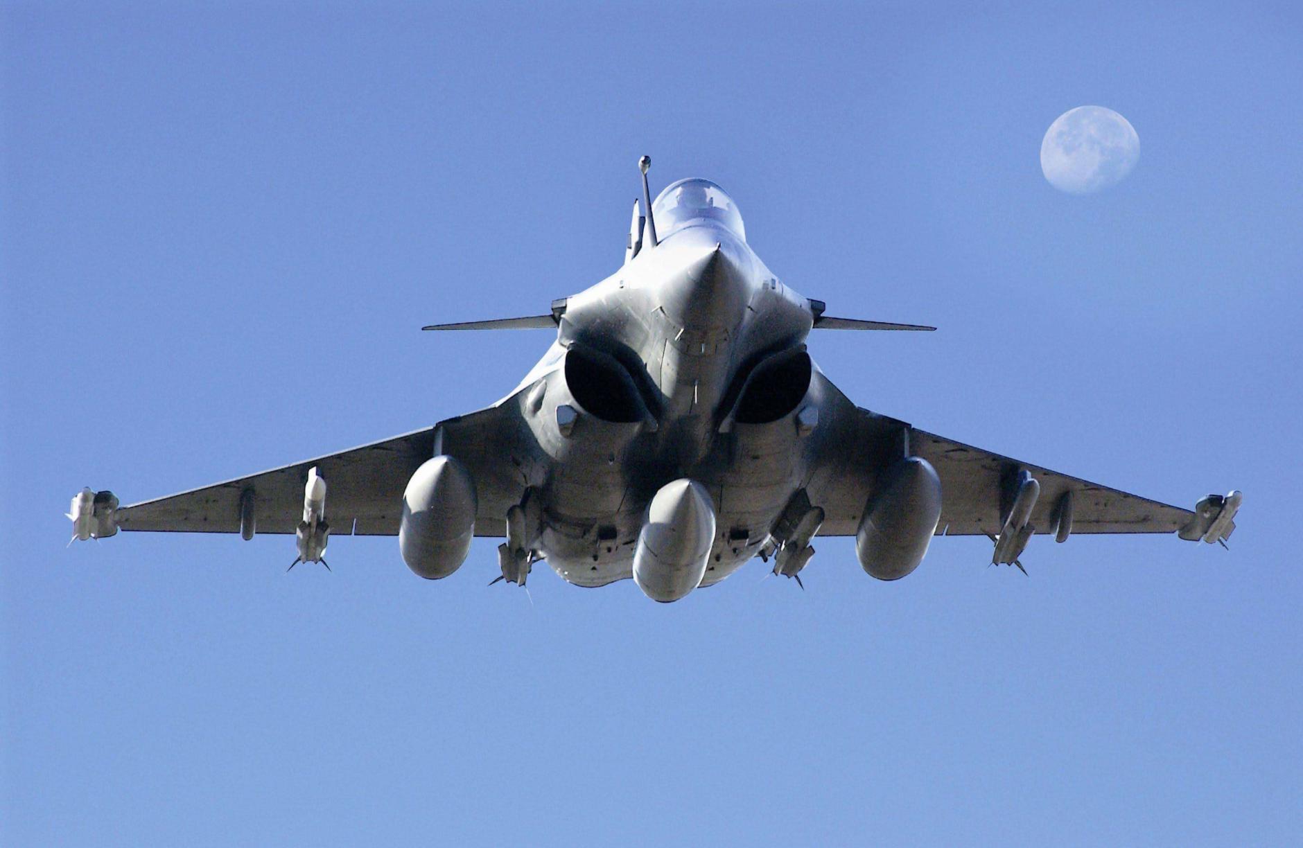 但是,印度的阵风战斗机的实际作战性能,是远弱于歼20战斗机的,甚至不如苏35战斗机。这主要是因为,阵风战斗机的设计时间太早,而且是中型战斗机,机体潜力较小,并不能安装性能足够的雷达、航电系统。而歼20战斗机和苏35战斗机则是近年设计的新锐,还是重型战斗机,能够安装更先进的航电系统,雷达系统,作战性能更强。