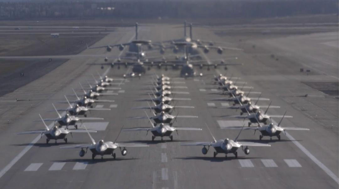 美军战略轰炸机从本土起飞前往南海