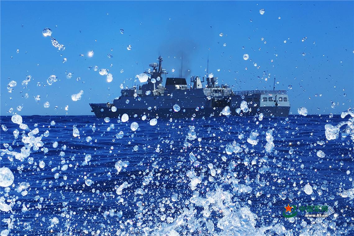 编队海上训练,激起阵阵浪花。