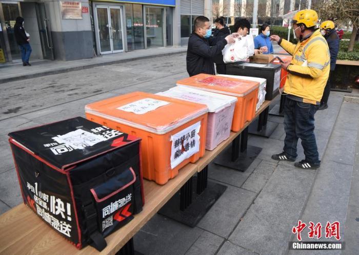 资料图:北京外卖商家设取餐箱方便取放外卖。中新社记者 侯宇 摄
