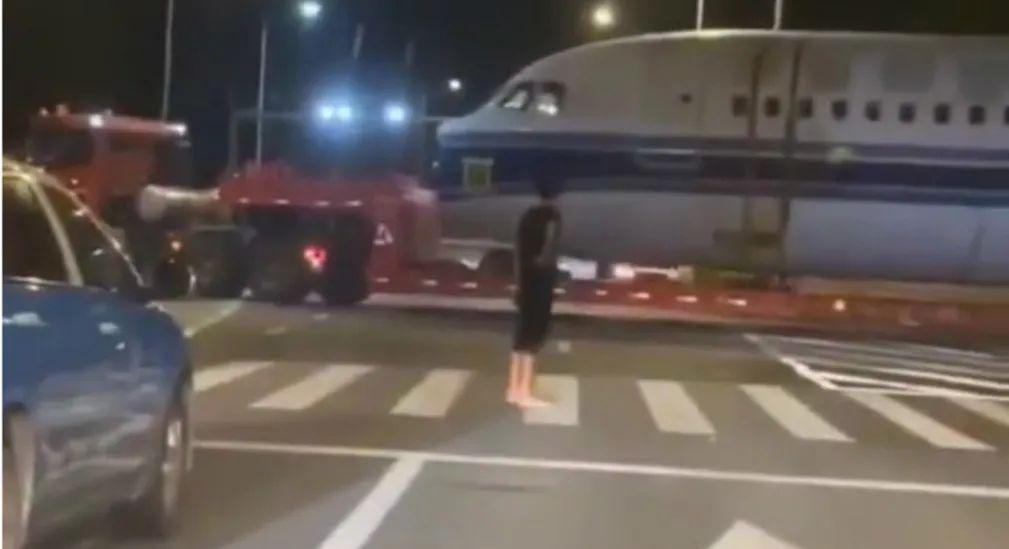 【程雪柔公交车故事】_厦门机场一架飞机冲出跑道?官方紧急发布声明