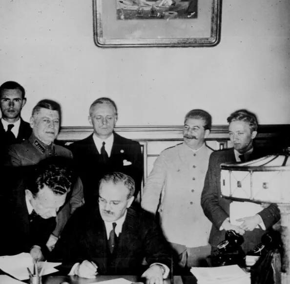 上图_ 《苏德互不侵犯条约》签字现场
