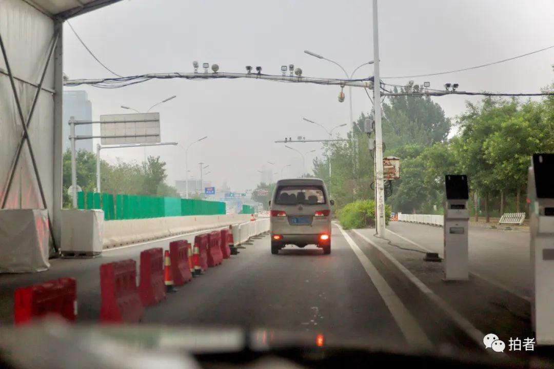 ▲7月11日,北京通州與河北燕郊交界處的檢查點,隨著疫情的好轉,通過該檢查點已不再需要核酸檢測證明。