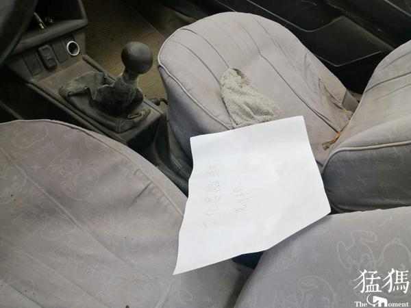 聚力体育频道直播:林山寨侦查员前来检查,发现车内满是灰尘,车头和车尾都是灰尘 僵尸先生无删